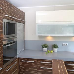 Poprowadzona aż do sufitu, wysoka zabudowa kuchenna oferuje dużo miejsca do przechowywania kuchennych sprzętów i akcesoriów. Projekt: Małgorzata Galewska. Fot. Bartosz Jarosz.