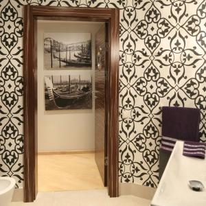 Atmosferę glamour do łazienki wprowadza wzorzysta tapeta na ścianach. Projekt: Małgorzata Galewska. Fot. Bartosz Jarosz.