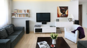 Mieszkanie w bloku zostało zaprojektowane dla rodziny z dziećmi, dlatego panuje w nim przytulna atmosfera.