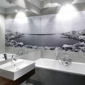 Duże lustro dwukrotnie powiększa łazienkę i eksponuje fototapetę. Projekt: Lucyna Kołodziejska. Fot. Bartosz Jarosz.