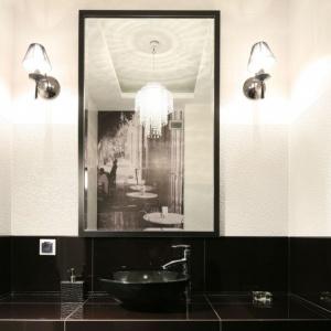 W lustrze odbija się czarno-biała fototapeta z klimatycznym motywem. Projekt: Karolina i Artur Urban. Fot. Bartosz Jarosz.