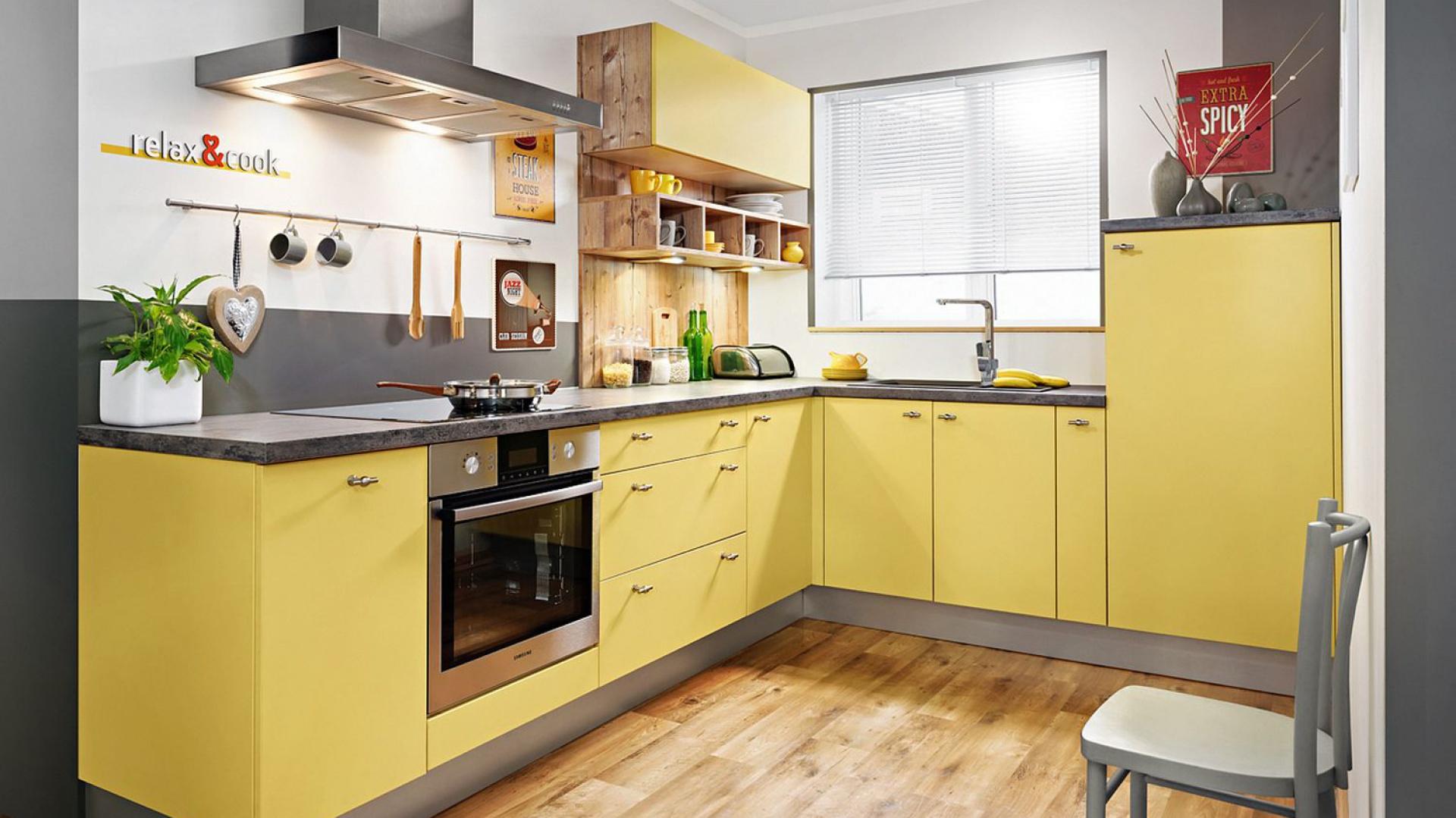 Meble kuchenne w kolorze szafranu? Dlaczego nie! Ciepła barwa pobudzi apetyt i ożywi przestrzeń kuchni. Fot. KAM Kuchnie.
