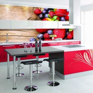 Kolor króluje w tej kuchni - w postaci mebli, fototapety oraz naklejek na frontach górnej zabudowy kuchennej. Fot. Grafdeco.