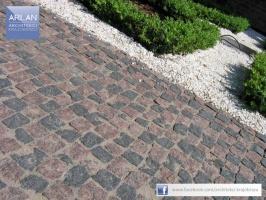 ARLAN Architekci Krajobrazu - realizacja: Hotel 1231, Toruń - nawiązanie kolorystyczne i materiałowe do starobruku, którym jest wyłożona nawierzchnia ulicy Przedzamcze