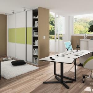 Sprytnie zaplanowana szafa pod zabudowę może dzielić poszczególne strefy w małym mieszkaniu. Fot. Indeco.
