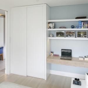 Szafa po jednej stronie, po drugiej domowe biuro - w tej sypialni wykorzystano każdy centymetr. Projekt: Magdalena Kostrzewa-Świątek, Agnieszka Zaremba. Fot. Bartosz Jarosz.
