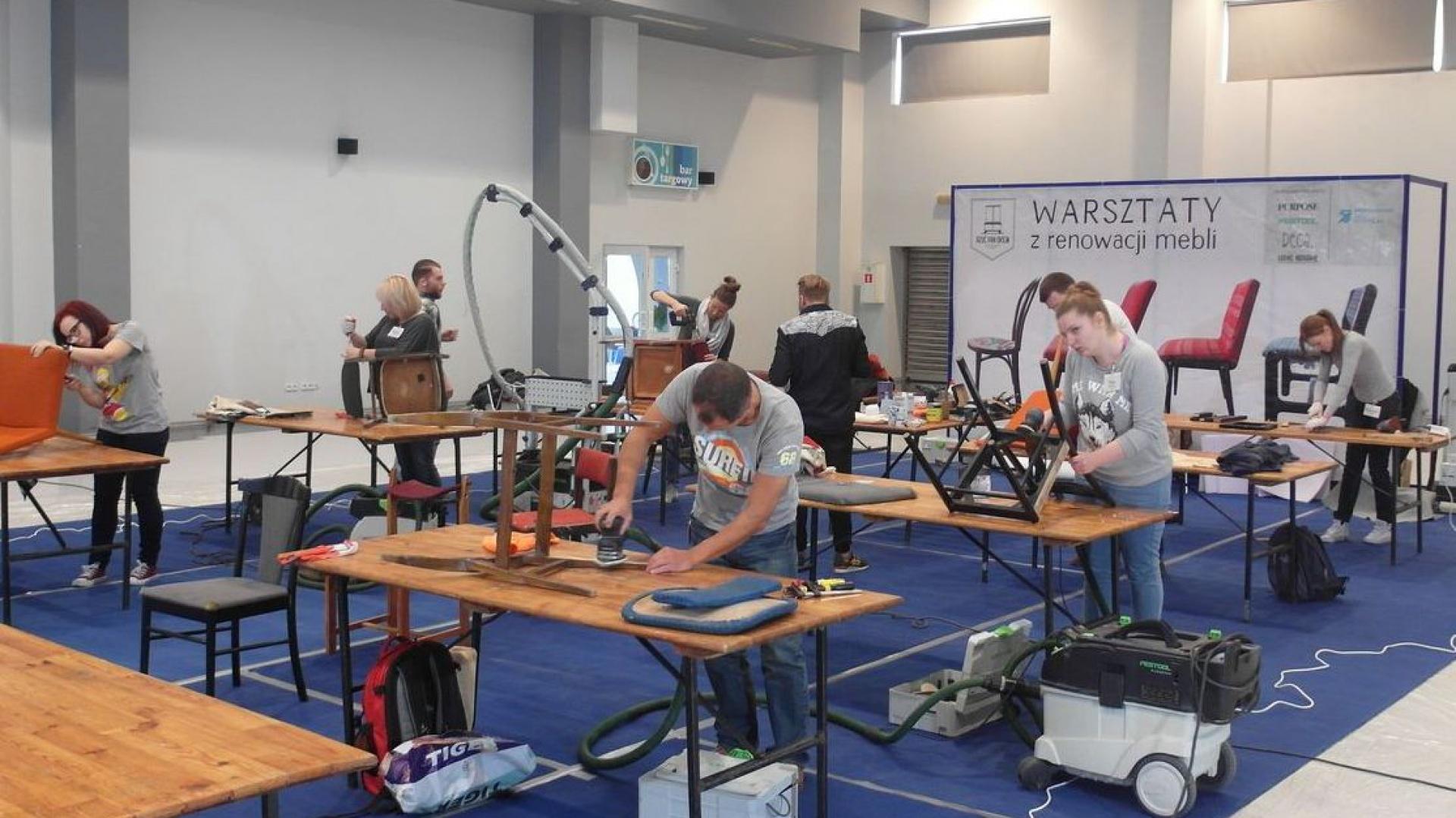 Na warsztatach odnawiania mebli uczestnicy przez dwa dni pracowali nad starym krzesłem bądź podnóżkiem, aby nadać mu nowe życie. Fot. Materiały prasowe