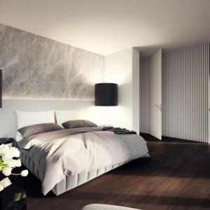 Sypialnia małżeńska bezpośrednio graniczy i została połączona z łazienką, zgodnie z obowiązującymi trendami aranżacyjnymi. Projekt: Tamizoo Architects. Fot. Echo Investment.