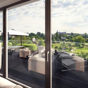 W letnie dni zrelaksować się można na okazałym tarasie z widokiem na okoliczną zieleń. Projekt: Tamizoo Architects. Fot. Echo Investment.