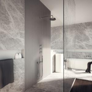 W przestrzeni łazienki króluje trawertyn oraz proste, przejrzyste kształty. Projekt: Tamizoo Architects. Fot. Echo Investment.