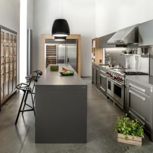 Inspiracja amerykańskimi kuchniami zaowocowała powstaniem modelu NY, w którym zastosowano liczne stalowe elementy a fronty wykończono w matowym, grafitowo-brązowym lakierze. Fot. Zajc Kuchnie, model NY.