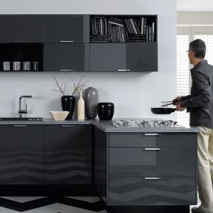 Ciemnoszare meble kuchenne dzięki wykończeniu na wysoki połysk zyskały lekkość i nie przytłaczają przestrzeni swoją ciemną barwą. Fot. Black Red White.