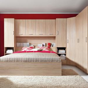 Synthia to wygodne i nowoczesne łóżko oraz rozbudowany system przechowywania. Pojemne regały, szafy i komoda nie tylko pomogą na co dzień utrzymać ład i porządek we wnętrzu, ale dzięki swojej jasnej barwie, nadadzą sypialni przytulny klimat. Fot. Black Red White.