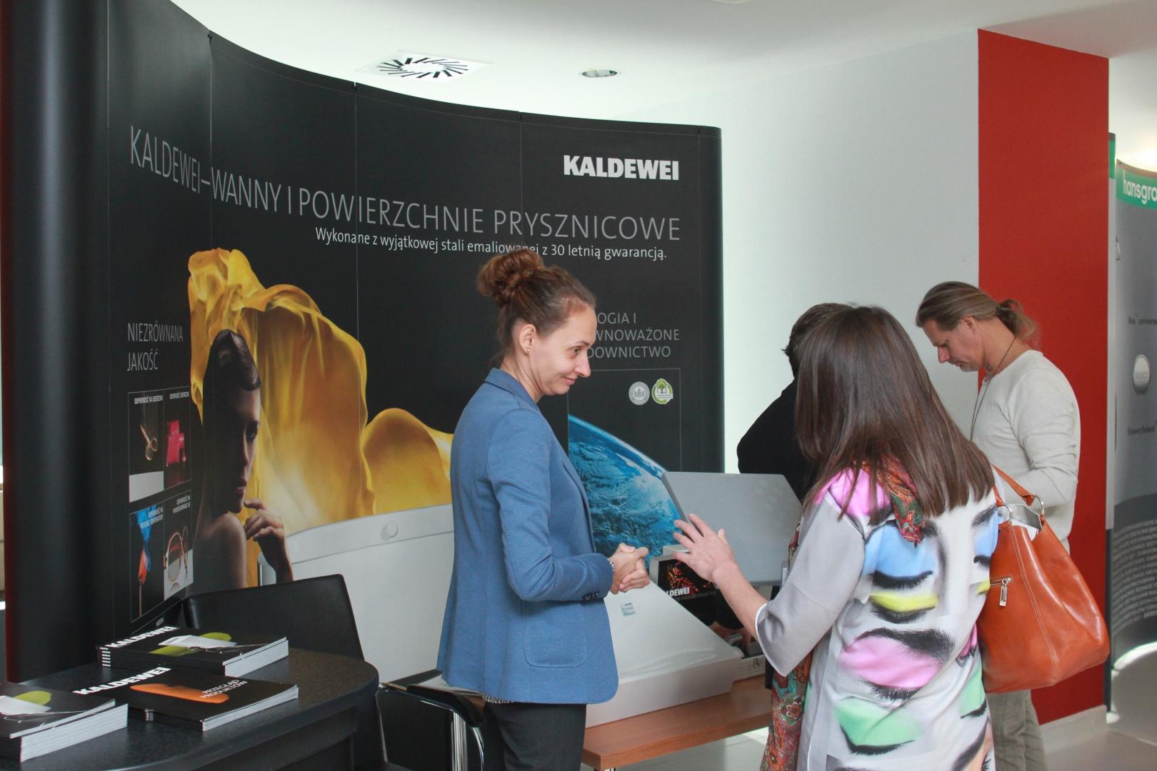 Stoisko firmy Kaldewei: na pytania architektów i projektantów wnętrz odpowiadała m.in. Eliza Antonkiewicz-Wójcik.