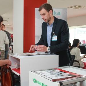 Stoisko firmy Peka specjalizującej się w wyposażeniu wewnętrznym mebli m.in. kuchennych i łazienkowych. Na pytania odpowiadał Marcin Milewski.