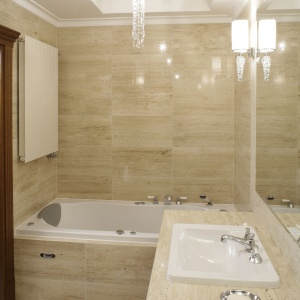 Jasne odcienie beżu to świetne rozwiązanie, jeśli chodzi o okładziny ścian modnej łazienki. Projekt: Piotr Szaroszyk. Fot. Bartosz Jarosz.