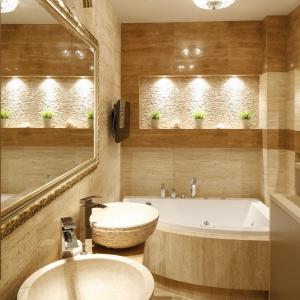Wąska łazienka w beżach i brązach to pomieszczenie niezwykle eleganckie i ponadczasowe. Projekt: Jolanta Kwilman. Fot. Bartosz Jarosz.