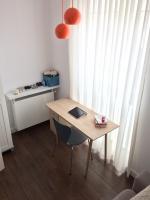 Biurko ustawione w pobliżu okna jest bardzo dobrze doświetlone. W pochmurne dni można korzystać z pomarańczowych lampek zawieszonych tuż nad miejscem do pisania.