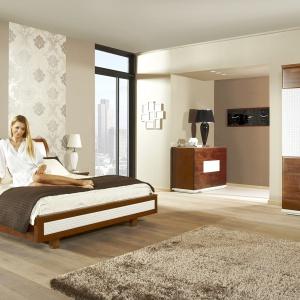 Meble do sypialni Verano prezentują pięknie połączenie bieli i drewna. Tapicerowany zagłówek dodatkowo zapewni wygodne oparcie dla pleców. Fot. Mebin.