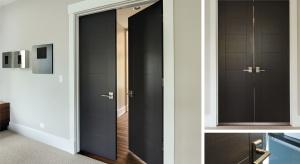 Drzwi drewniane występują w wersji jedno i dwuskrzydłowej. Zastosowano w nich naturalny fornir o dużej grubości i widocznej fakturze.