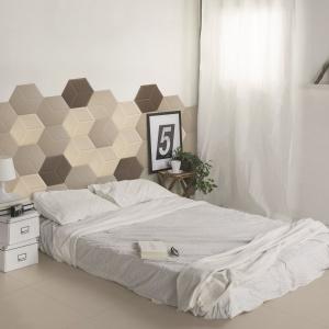 Płytki świetnie sprawdzają się także jako dekoracja ściany za łóżkiem. Są trwałe oraz łatwe do utrzymania w czystości. Fot. Tagina.