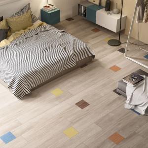 Dzięki bogactwu wzorów, faktur i formatów, płytki ceramiczna pozwalają tworzyć we wnętrzu pokojów sypialnianych szalone kompozycje, także na podłodze. Fot. Imola.