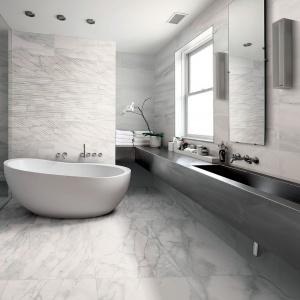 W ofercie marki Provenza zaskakują płytki stylizowane na naturalny kamień z linii Bianco d'Italia. Fot. Provenza.