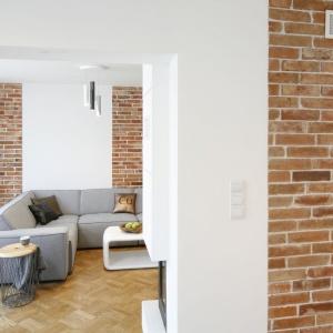 Elementem aranżacji wnętrza, stanowiącym wspólny mianownik dla wszystkich przestrzeni w domu jest porozbiórkowa cegła na ścianach. Projekt: inż. arch. Agata Piltz. Fot. Bartosz Jarosz.