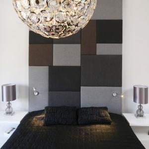 Centralnym punktem sypialni jest łóżko z wysokim, miękkim zagłówkiem, który zdobią geometryczne formy. Projekt: inż. arch. Agata Piltz. Fot. Bartosz Jarosz.