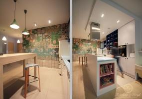 Zdecydowanym elementem wyróżniającym się w kuchni jest kolorowa tapeta z oferty firmy Wall&Deco. Niepowtarzalny wzór stał się inspiracją dla pozostałych kolorów wykorzystanych w zabudowie kuchennej.