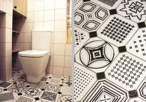 Szaleństwo biało-czarnych wzorów pojawiło się na podłodze w łazience.