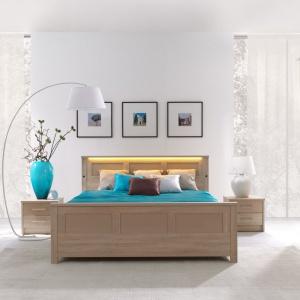 Sypialnia New York ma ciepłe barwy drewna, a dodatkowej przytulności dodaje jej oświetlenie wbudowane w zagłówek łóżka. Fot. Stolwit.