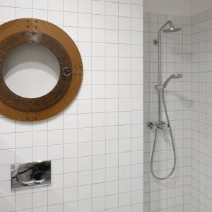 Strefa prysznica została stworzona w praktycznej wnęce ściennej. Projekt: Marta Kruk. Fot. Bartosz Jarosz.