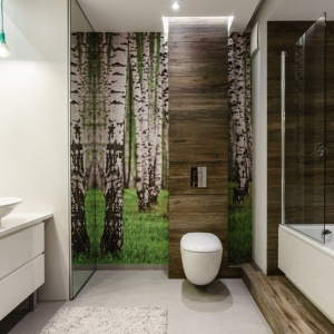 Parawan nawannowy jest w tej łazience praktycznie niewidoczny, dzięki czemu doskonale wtapia się w tło. Projekt:  Joanna Morkowska-Saj, Aleksandra Nowakowska. Fot. Foto&Mohito.