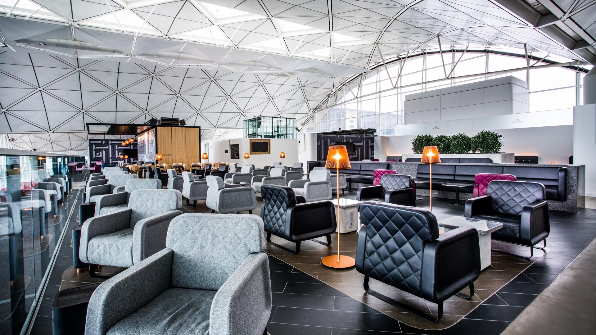 """Charakterystyczna architektura dachu budynku lotniska oparta na stalowej konstrukcji przypominać ma baldachimy. To rodzaj hołdu oddanego ulicom Hongkongu, na których małe bary i restauracje są chronione i wydzielane właśnie poprzez rozpostarcie nad nimi tego rodzaju """"dachu"""". Fot. SUMU/CAON design team"""