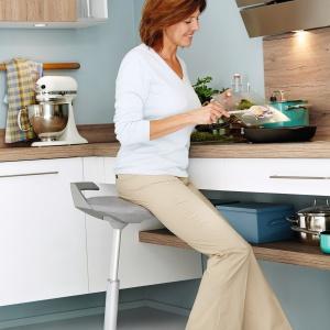 Często używane naczynia można trzymać na półce, np. pod płytą grzejną. Dzięki temu łatwo gotować nawet na siedząco. Na zdjęciu: meble kuchenne XL 1416 firmy Ballerina. Z półką na naczynia pod blatem. Fot. Ballerina.