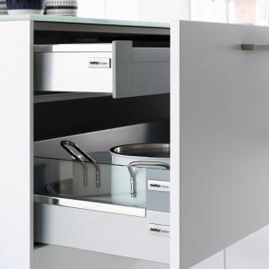 W szufladzie głównej można trzymać garnki, a wewnętrznej – chochle. Przeszklenia boków ułatwiają szybki wygląd w jej zawartość. Na zdjęciu: szuflada w meblach Soft Lack firmy Nolte Küchen. Ma system cichego domykania. Fot. Nolte Küchen.