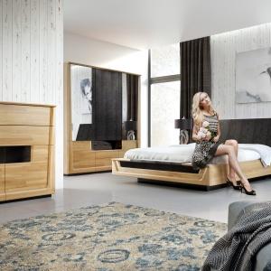 Sypialnia Maganda wykonana została z litego drewna i naturalnej okleiny dębowej. Dostępna w dwóch wybarwieniach: dąb naturalny i orzech antyczny - oba w połączeniu z elegancką czernią lakierowanych powierzchni i tkaniny obiciowej. Fot. Mebin.
