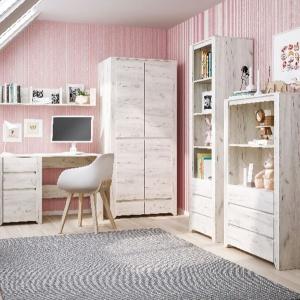 Stylowa linia Angel wyróżnia się rysunkiem drewna. W ramach kolekcji dostępne są szafy, regały, komody, bieliźniarki, półki, biurka oraz łóżka. Fot. Meble Wójcik.