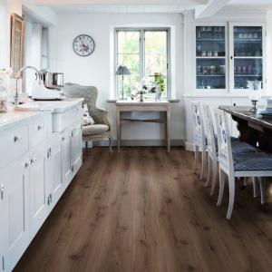 Gustowna podłoga zaprojektowana w skandynawskim stylu przez szwedzkiego architekta. Podłoga charakteryzuje się dwustronnym fazowaniem wzdłuż długiej krawędzi deski, a dzięki braku fugi na krótkim boku panela oraz zastosowanej technologii endless plank™ podłoga sprawia wrażenie jednej, niekończącej się deski. Fot. Pergo.