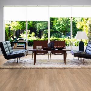 Elegancka, wąska deska w kolorze naturalnego dębu. Idealna do ciepłych, przytulnych pomieszczeń. Dzięki doskonałemu odwzorowaniu usłojenia oraz koloru naturalnego drewna stała się hitem sprzedażowym w 2015 roku! Fot. Pergo.