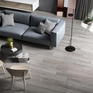 Płytki imitujące drewniane deski z kolekcji Q-Style marki Imola. Fot. Imola.