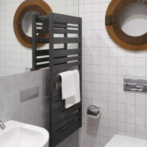 Łazienka w bieli i szarościach została zaprojektowana z myślą o dzieciach, ale także - okazjonalnie - gościach. Projekt: Marta Kruk. Fot. Bartosz Jarosz.