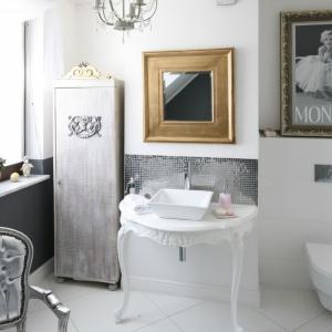 Kobieca łazienka w bieli ma urokliwe dodatki, które wizualnie ją ocieplają. Projekt: Magdalena Konochowicz. Fot. Bartosz Jarosz.