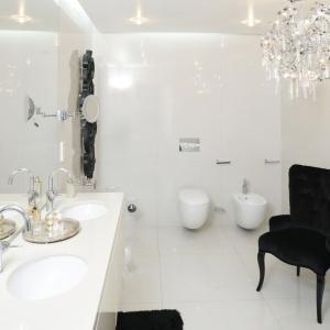 Wnętrze w stylu glamour urządzono w modnej i ponadczasowej bieli. Projekt: Katarzyna Uszok. Fot. Bartosz Jarosz.