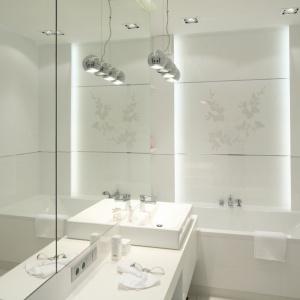 Optyczne powiększenie zapewniają aranżacji białe okładziny ścian oraz duża tafla lustra. Projekt: Anna Maria Sokołowska. Fot. Bartosz Jarosz.