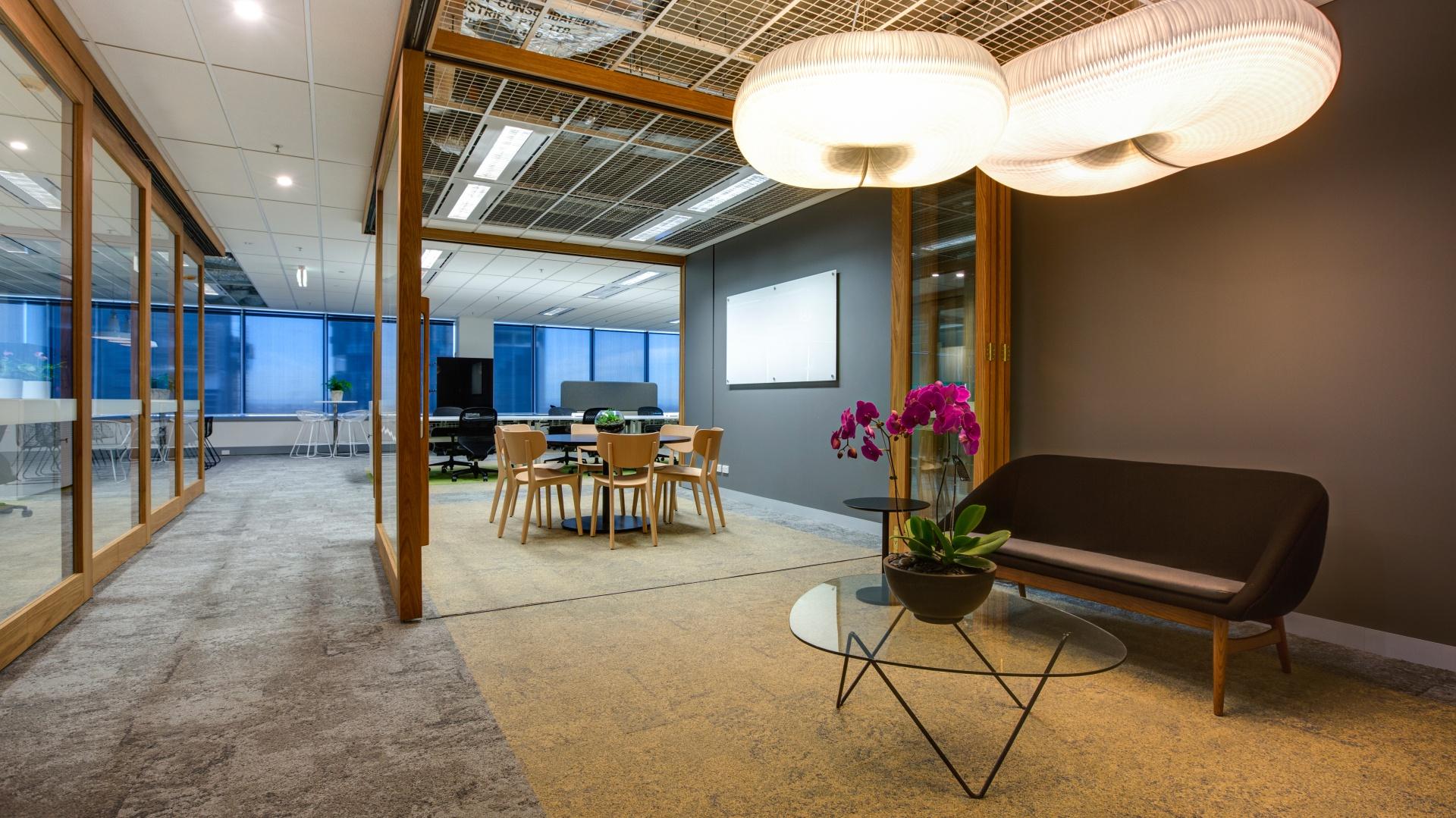 Architekci wnętrz z Sumu Design stanęli przed wzywaniem stworzenie funkcjonalnej, elastycznej przestrzeni biurowej z zastosowaniem innowacyjnych technologii. Fot. Sumu-Dexus