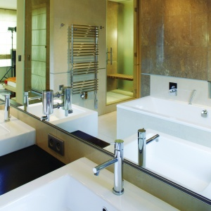 W lustrze nad umywalkami odbijają się wanna oraz kabina prysznicowa. Fot. Tomasz Markowski.
