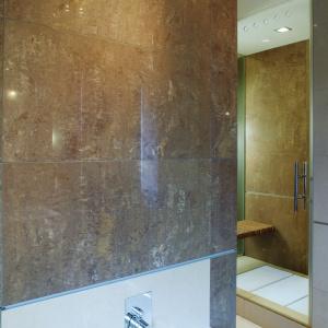 Kabina prysznicowa jest ogromna - 80x180 cm. Jej trzy ściany są ze szkła, czwartą dzieli ze znajdującą się obok sypialnią. Fot. Tomasz Markowski.