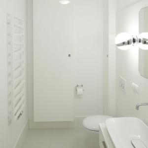 Łazienka w kolorze śmietankowej bieli – powierzchnia około 5 m kw. Projekt: Maciejka Peszyńska-Drews. Fot. Bartosz Jarosz.